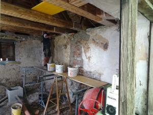 Die Wände mit Kalkputz ausgebessert